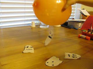 Statische elektriciteit opwekken met een ballon en zoveel mogelijk spookjes gemaakt van koffiefilters vangen