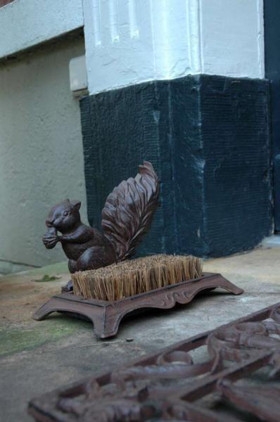 Öntöttvas cipőtisztító, sárkaparó mókus mintával.