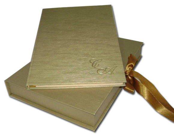 Conjunto de caderno para assinaturas e caixa. Caderno com 80 folhas tamanho A4(30x20), papel verge creme ou branco sem pauta. O conjunto é revestido em couro sintético (revestimento vinílico que se caracteriza por sua resistência ao rasgo, à água e ao óleo). A caixa é toda revestida internamente e fechada com fitas de cetim (opção do fecho em elástico). Contem fita marcadora também de cetim.  Está incluso a personalização - 02 linhas de gravação em hot stamping-prata/ouro/branco/baixo ...