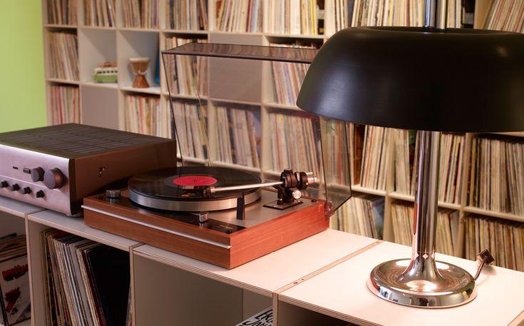 Thornes Plattenspieler und Verstärker auf Sideboard vor großem LP-Regal