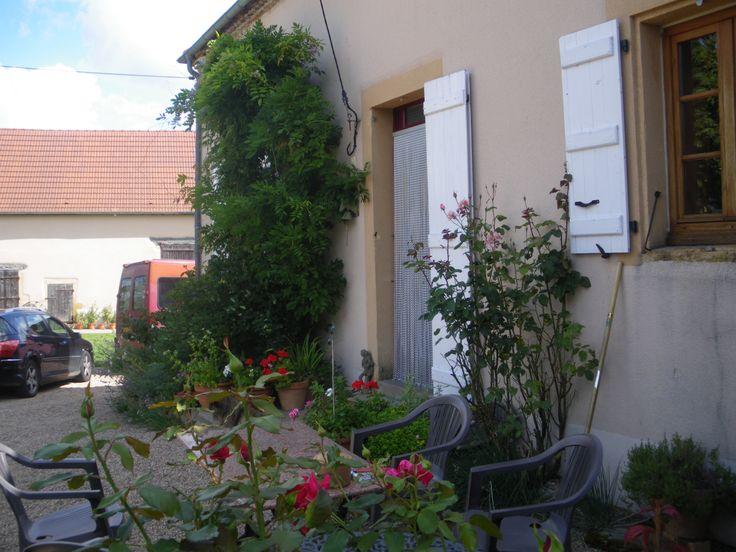 Voici l'entrée á cette jolie ferme, remarquez la pierre jaune autour des portes et fenetres..