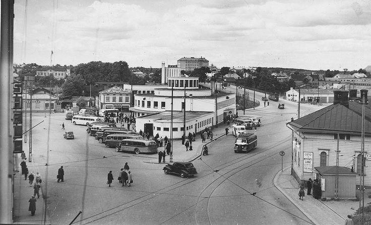 """Turku ja linja-autoasema. Linjan 1 ASEA -vaunu on tulossa Pohjolasta. Busseja on monenlaisia. Olisiko tuolla oikealla yksi Nummelan bulldog 1950-luvun alusta? Jotenkin laittaisin kuvan 40- 50-lukujen vaihteeseen. Kuva © Jyrki Längman (kommentti """"webmaster"""")"""