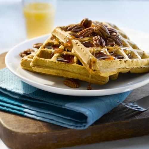 Lorsque les journées rafraîchissent, offrez-vous un déjeuner chaud aux saveurs de l'automne. La pâte servant à préparer les gaufres à la citrouille et aux épices est facile à préparer et peut également être utilisée pour des crêpes.