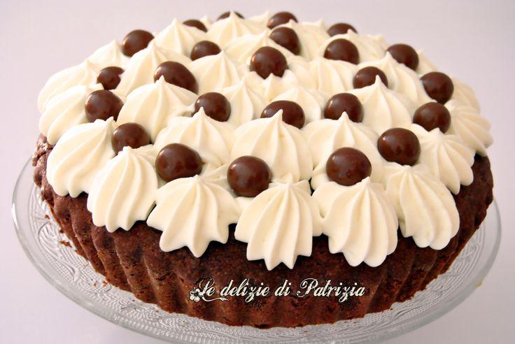 Per la torta 250 g di farina 00 50 g di fecola 30 g di cacao amaro 3 uova grandi (180 g circa) 200 g di zucchero semolato 100 g di cioccolato fondente 250 g di burro morbido 1 bustina di lievito 50…