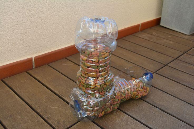 Dispensador de comida para gatos con botellas recicladas - Dispensador de latas ...