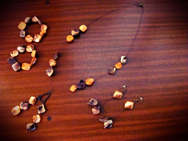 collar de piedras naranjas y cafés