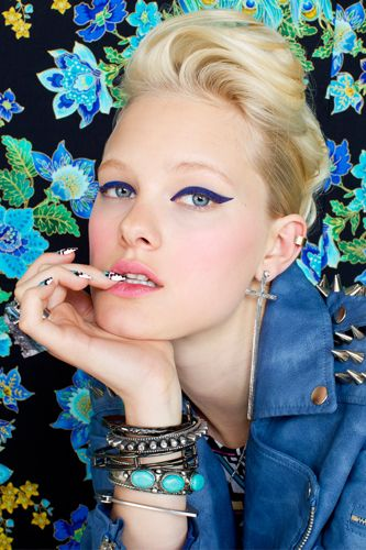 Electric blue liner from the latest Nasty Gal shoot.: Cats Eyes, Blue Cats, Navy Blue Eyeliner, Wings Eyeliner, Bold Color, Nasty Gal, Electric Blue, Eyes Liners, Makeup Idea