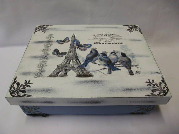 Caixa grande de bijouteria, em MDF, pintada com técnica provençal  decorada com carimbos e transferência. A caixa possui bandeja e aneleira Tem pés de resina. Confecção AtelierdaPonte, R$ 85,00