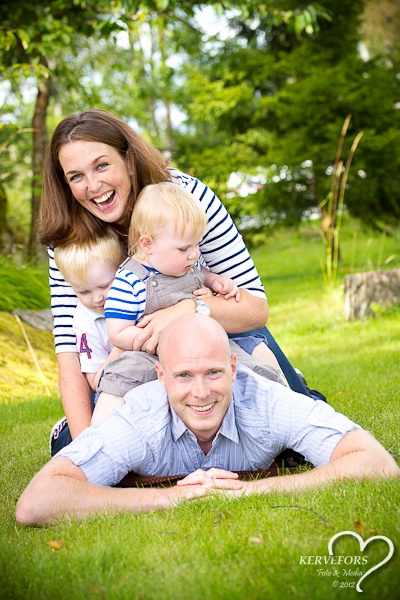 Happy Family playing on the grass! Familyphotography - Portrait in natural light - Photographer Therése Kervefors Nynäshamn Sweden / Familjeporträtt - Porträtt i naturligt ljus - Fotograf Therése Kervefors Nynäshamn Sverige