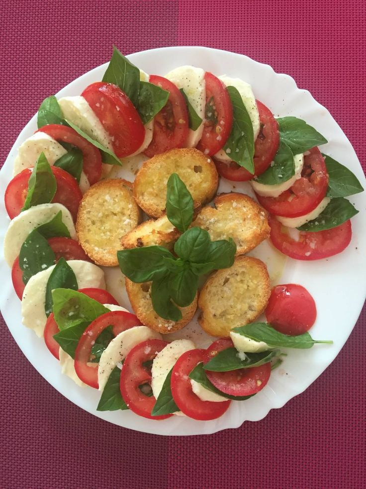HOME- simple večera (ak chudneme, pečivo vynecháme :D )   Čerstvé, najlepšie domáce voňavé paradajky nakrájame, mozzarelu tiež, poukladáme viď obrázok aj s bazalkou. Okoreníme čiernym korením, hrubozrnnou soľou a veeela olivového oleja. Bagetku som len potrela maslom, osolila a dala na chvílu zapiecť do rúry. :)