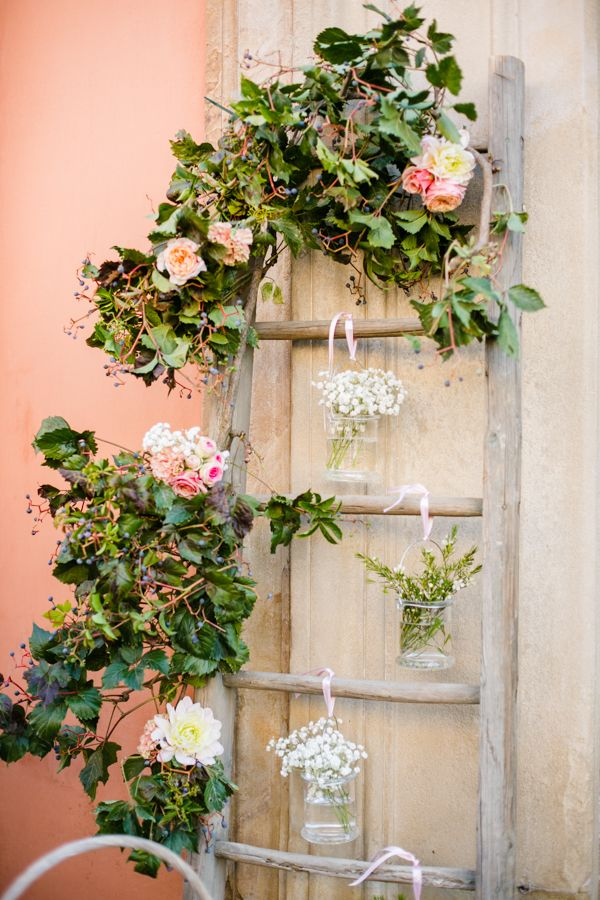 vintage ladder wedding decor | photo: Federica Cavicchi more on http://weddingwonderland.it/2016/03/pasta-scarpe-fucsia-un-matrimonio-coloratissimo.html