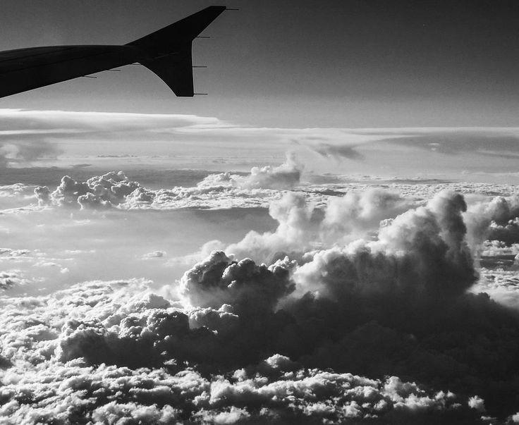 Volando voy, volando vengo. Volviendo de Moscú con nubes gigantescas que salen por encima de un mar de nubes pequeñas.  #flying #airplane #hugeclouds #clouds #nubesgigantescas #travel #instatravel #passionpassport #sky #skyporn #cielo #cielomania #moscumadrid #aeroflot #wanderlust #upintheair #upinthesky #upintheclouds #frommyairplanewindow #cloudsfromabove