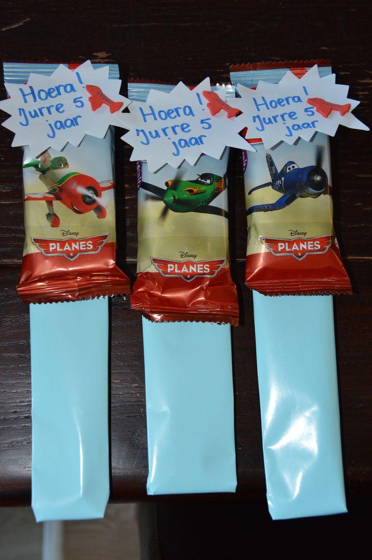 traktatie van een potlood met gum inpakken in blauw papier, vliegtuig koekje, wolkje van de Ikea