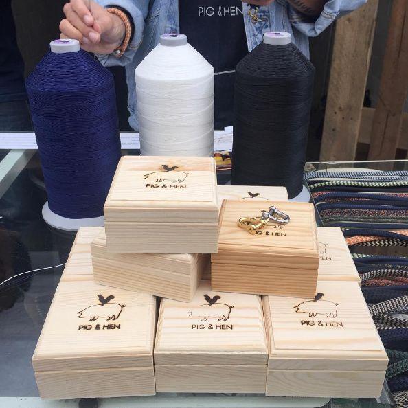 Pig & Hen, een ode aan de gouden eeuw. De doosjes van deze handgemaakte armbanden uit Amsterdam worden gebrand met onze brandstempels met tafelstandaard. Voor extra comfort hebben zij een fietshandvat om het handvat van de standaard geschoven.