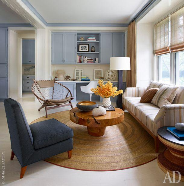 Гостиная. Диван по дизайну Сандры Наннерли. Винтажное кресло Hoop, Hans J. Wegner. Синее кресло и журнальный столик тоже винтажные. Ковер, Aleman/Moore.