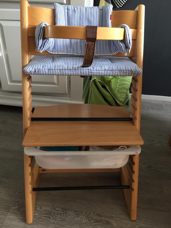 Stokke kinderstoel met een Ikea bak Trofast eronder om bijvoorbeeld slabbetjes en doekjes in op te bergen! De bak valt volledig onder de plank, dus geen etensresten in de bak! En de slabbetjes binnen handbereik!