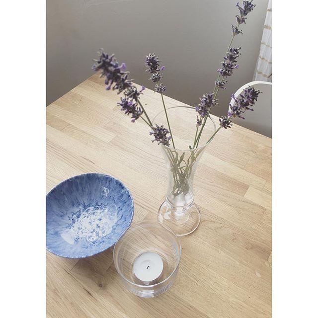 Lavendel och loppis fynd i köket på landet 🌿🌸 #lavendel #lavender #loppisfynd #loppisfyndat #loppis #köksinspiration #interior #interiordesign #inredningsinspiration #inredning #inredningsdetaljer #blommor #flowers #homeinterior #france #provence #lantligt #lantligtkök #landet #pålandet #sommarstuga #sommarhus #skärgårdsliv