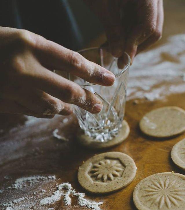 Como decorar biscoitos usando copos? Assim ó!
