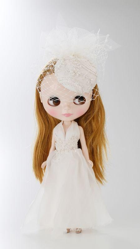 <カシラB(CA4LA Bridal)/婦人服飾雑貨(帽子)> CA4LA Bridalでも人気なトーク型ウェディングハットのデザインはそのままに、小さなブライスサイズに落とし込むという繊細な手作業を施した帽子に、繊細で上質なシルクシフォンを使用したドレスを着せる事で、大人っぽくラグジュアリーなブライスを演出いたしました。