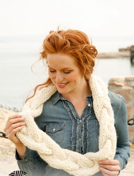 белый вязаный круговой шарф-коса спицами