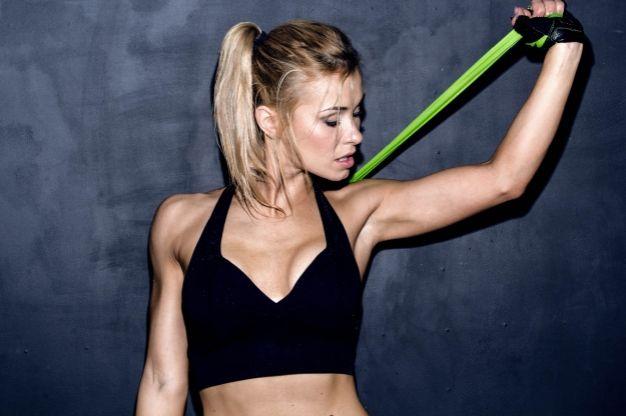 4 oefeningen met de fitnessband voor sterke armen en benen | Women's Health