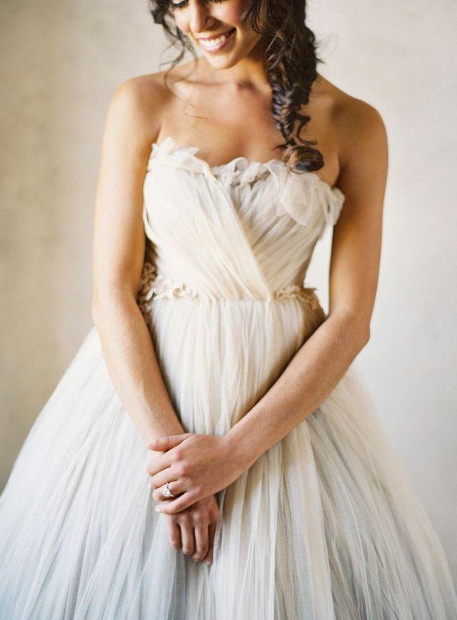 Prachtige lagen van tule #bruiloft #trouwen #inspiratie #trouwjurk #bruidsjurk #bruidsjapon #tule #wedding #tulle #weddingdress Trouwjurk met tule om bij weg te dromen   ThePerfectWedding.nl   Fotografie: Jose Villa