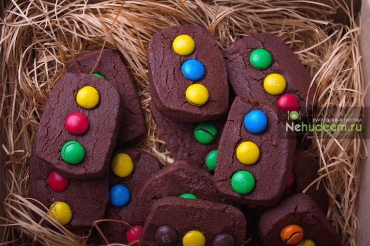 Любите готовить вместе с детьми? Сегодня мы предлагаем вам рецепт шоколадного печенья с конфетами M&M's. Это печенье с M&M's очень просто приготовить и с ним интересно играть - можно его приготовить в виде светофора и устроить целое дорожное движение, можно показывать и рассказывать цвета вашему малышу. А можно просто наслаждаться радостью от совместного приготовления с детьми.