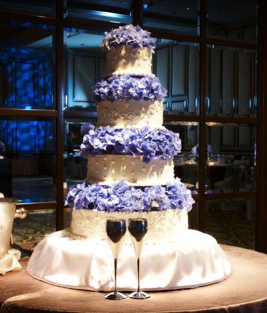 Witte bruidstaart in 4 lagen met blauwe boemen