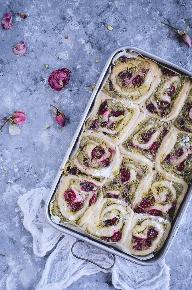 Coco e Baunilha: Rolinhos de pistácio e framboesa com glacé de rosa // Pistachio raspberry rolls with rose glaze