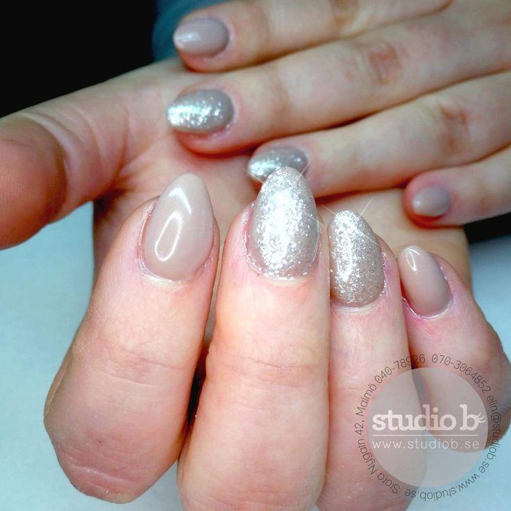 Hur snygga är inte dessa naglarna!? Perfekta när man nu i januari är trött på höstens mörka färger och julens röda.