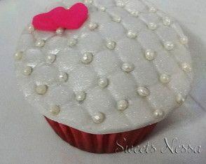 Cupcake Matelassê Simbolizando uma almofadinha romântica faz desse cupcake uma delicada lembrança para aniversários, casamentos, noivados, etc.