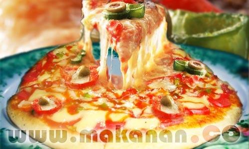 Pizza Sosis adalah olahan roti datar, yang dibakar, dengan topping keju, saus tomat, sosis dan bahan yang lainnya.