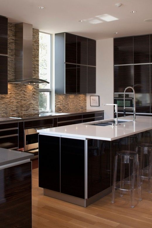 this kitchen is so cool. I love how everything is so smooth and shiny and I really like the neutral colors in the kitchen.