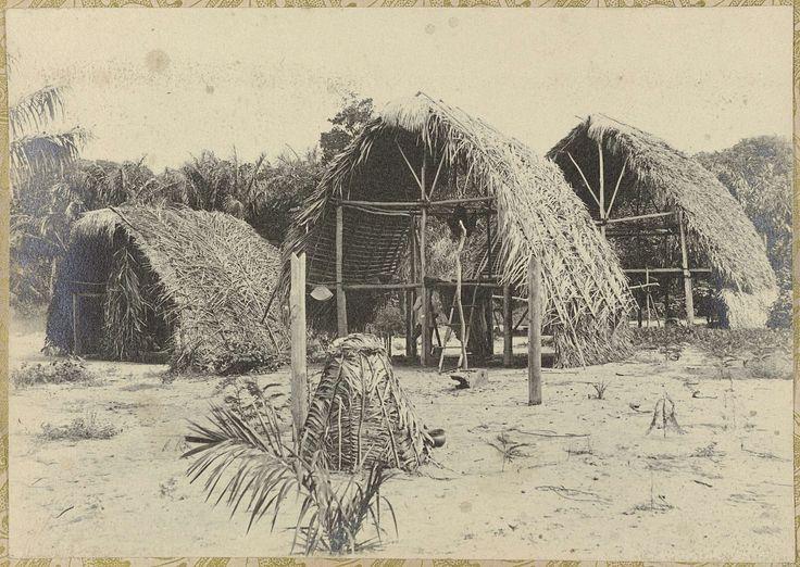 anoniem | Huizen in een dorp, attributed to Hendrik Dooyer, 1906 - 1913 | Verschillende open huizen in een dorp. Onderdeel van het fotoalbum Souvenir de Voyage (deel 2), over het leven van de familie Dooyer in en rond de plantage Ma Retraite in Suriname in de jaren 1906-1913.