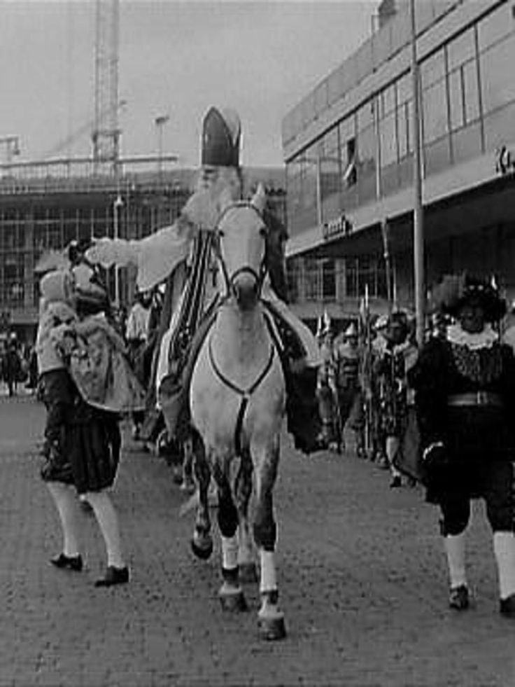 Landelijke intocht 1963, Sinterklaas is Dick van Bommel. Aan de rechterzijde de bekende Spaanse edellieden.