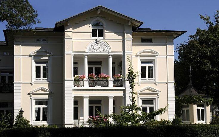 Fotografie Stadtvilla im Villenviertel von Hamburg Bergedorf - Architektur in der Hansesadt. Gründerzeitvilla mit Säulen und Stuckdekor im Bergedorfer Villenviertel; Ende des 19.  Jahrhunderts wurde begonnen, das sogenannte Villenviertel zu bebauen - wohlhabende Hamburger und Bergedorfer Bürger ließen dort ihre repräsentativen Wohnhäuser errichten. Es entstanden Stadthäuser, die die unterschiedlichen Stile der Architektur ausdrückten - neben der Bauform der Gründerzeit wurde auch der…