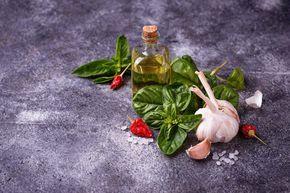 ¡No dejes de probar el aceite de albahaca casero! Ideal para ensaladas, pasta o pizzas. Receta clásica de Génova para crear un aceite gourmet paso a paso.