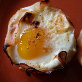 Line a muffin tin with slices of ham. Crack an egg into each muffin spot, and season with salt, pepper, and paprika. Bake at 375ºF for 20 minutes!: Low Carb, Baked Eggs, Hams Cups, Recipe, Muffin Tins, Muffins Tins, 20 Minute, Baking Eggs, Muffins Spots