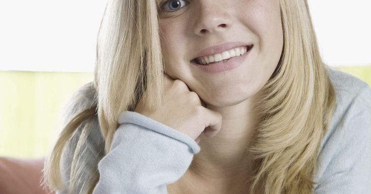 Cómo usar tintura para el cabello para eliminar los tonos rojizos y dorados del cabello decolorado