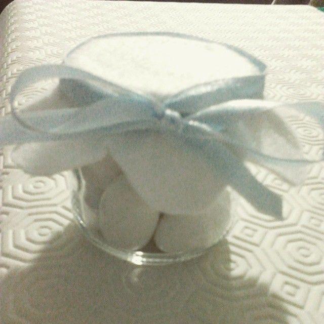 Bomboniera nascita semplice, composta da vasetto in vetro (30 gr), pannolenci bianco a forma di fiore (ritagliato a mano), nastrino (in questo caso azzurro) e 11 confetti. Completa di bigliettino. Per informazioni contattami