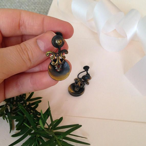 A great pair of vintage screw back earrings!  ♥ In great vintage condition   ♥ SHIPPING: * COMBINED Shipping at no extra charge! * FREE SHIPPING on orders over $100 CAD (about $77USD) USE CODE FREESHIP100 at checkout! * WORLDWIDE shipping!! **Please Note that if you would like