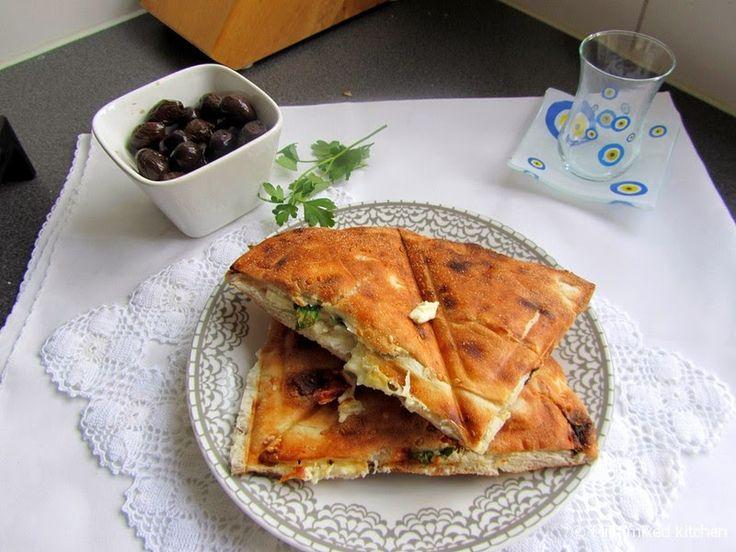 Mijn mixed kitchen: Beyaz peynirli tost (tosti van Turks brood met witte kaas en platte peterselie)