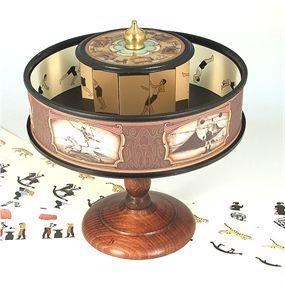 Este juguete científico con imágenes animadas descansa también en el fenómeno de la persistencia retiniana para hacernos creer que vemos imágenes en movimiento.   El Praxinoscopio fue patentado por el francés Emile Reynaud en 1877, quien buscaba superar las deficiencias del popular Zootropo.