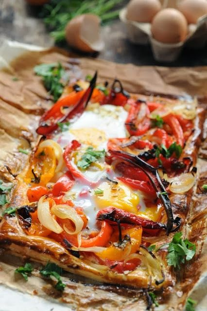 Crispy puff pastry with sweet peppers and eggs Ingredients for 2: 2 red peppers - 4 or 5 small orange peppers - 1 chili pepper - 1 onion - 1 or 2 sprigs of thyme, leaves picked - 1/2 tsp cumin seeds - 1/2 tsp coriander seeds - 1/2 tsp fennel seeds - 3 Tbsp single cream - 1 dash lemon juice - 2 eggs + 1 egg yolk - a rectangle of puff pastry 15x30cm - a few sprigs flat leaf parsley - olive oil - salt and pepper Scroll down the page to view in english