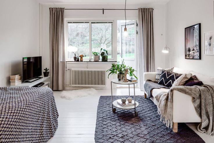 Salon w stylu skandynawskim z wyjściem na ogród