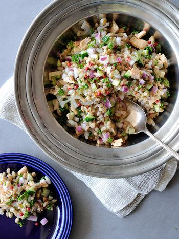 れんこんのしゃきしゃき、小麦のもちもち、葉野菜のサクサク。いろいろな食感が楽しいチョップドサラダのレシピです。