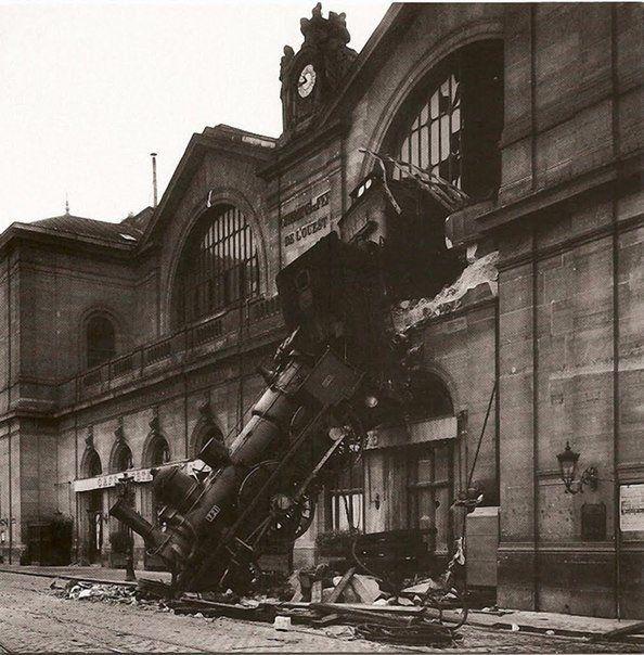 22 октября 1895 года пущенный на полном ходу, чтобы компенсировать свое опоздание, поезд не сумел вовремя затормозить. Он пересек вокзал Монпарнас, пробил его фасад и выехал на 10 метров вперед, Франция.