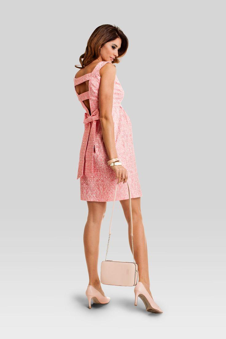 Rochia nectarine pentru gravide, dar nu numai, incredibil de sexy!. Spatele decoltat, in forma de V, se termina cu o funda, ceea ce o face extrem de feminina. Rochia pentru gravide este perfecta pentru o intalnire romantica, o petrecere sau o seara eleganta in oras.  #maternity #chic #showroom #mamaboutique #babybump #fashion #dress