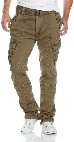Pantalón tipo cargo con bolsillos en las piernas.