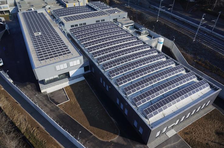 Panoramica sullo stabilimento a marchio Baraclit per Argor-Heraeus con impianto fotovoltaico a tetto, Canton Ticino (Svizzera).